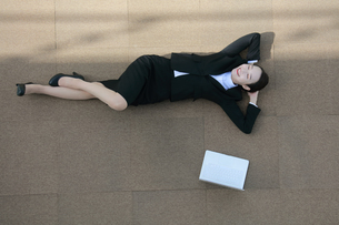 リラックスしているビジネスウーマンの写真素材 [FYI04314295]
