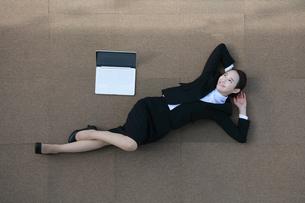 休憩を取っている女性の写真素材 [FYI04314296]