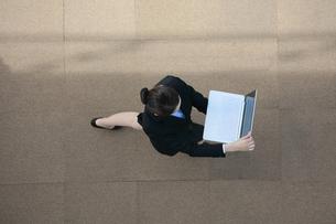 ノートパソコンを見ているビジネスウーマンの写真素材 [FYI04314304]