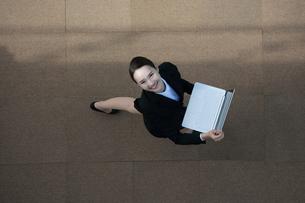 ノートパソコンを持っているビジネスウーマンの写真素材 [FYI04314306]