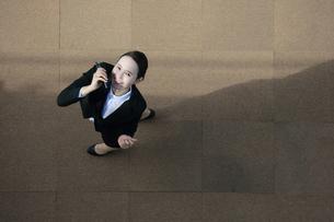 笑顔で電話を受けているビジネスウーマンの写真素材 [FYI04314309]