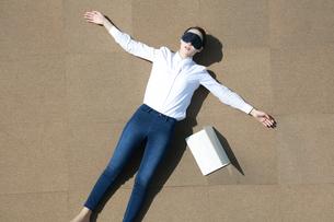 黒眼帯をして休憩をしている女性の写真素材 [FYI04314316]