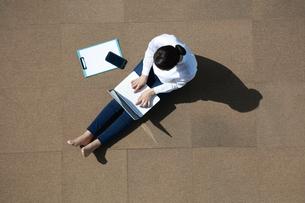 ノートパソコンを操作している女性の写真素材 [FYI04314318]