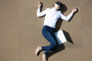 休憩をしている女性の写真素材 [FYI04314319]