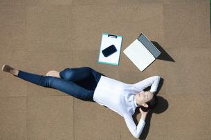 休憩を取っている若い女性の写真素材 [FYI04314321]
