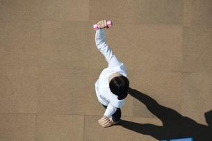 運動をしている若い女性の写真素材 [FYI04314322]