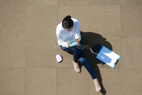財布を開いて見ている若い女性の写真素材 [FYI04314323]