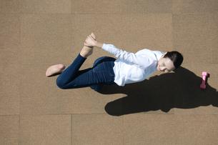 ストレッチをしている若い女性の写真素材 [FYI04314324]