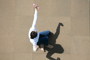 運動をしている若い女性の写真素材 [FYI04314325]