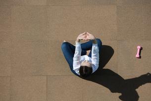 ストレッチをしている若い女性の写真素材 [FYI04314326]