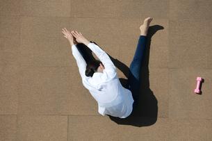 ストレッチをしている若い女性の写真素材 [FYI04314327]