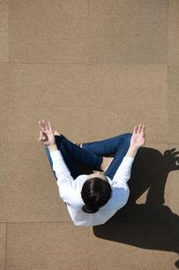 ヨガをしている若い女性の写真素材 [FYI04314328]