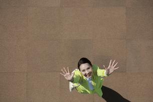 笑顔で両手をふっている女性の写真素材 [FYI04314343]