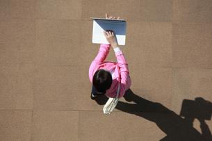 ノートパソコンを操作している女性の写真素材 [FYI04314346]