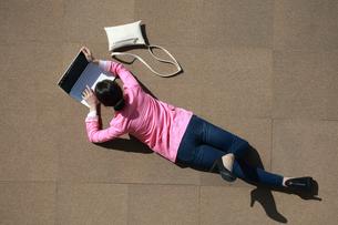 ノートパソコンを操作している女性の写真素材 [FYI04314349]
