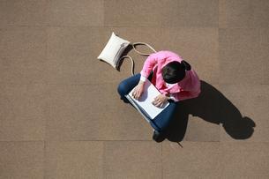 ノートパソコンを操作している女性の写真素材 [FYI04314350]