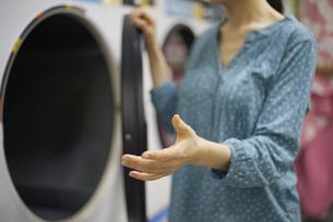 洗濯機をご案内している女性の写真素材 [FYI04314386]