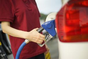 給油機で給油している女性の写真素材 [FYI04314399]