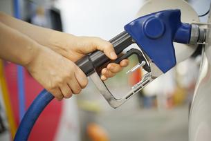 給油をしている女性の手の写真素材 [FYI04314400]