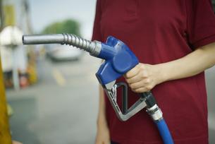 給油機を持っている女性の写真素材 [FYI04314402]