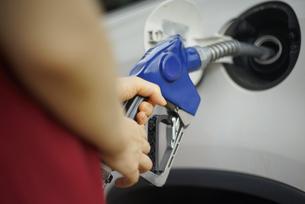 給油機で給油している女性の写真素材 [FYI04314405]