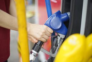 給油機を持っている女性の写真素材 [FYI04314408]