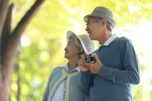 老夫婦が公園で散歩の写真素材 [FYI04314419]
