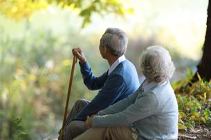休憩している老夫婦の写真素材 [FYI04314441]