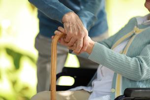 杖を持っている老年者の写真素材 [FYI04314462]
