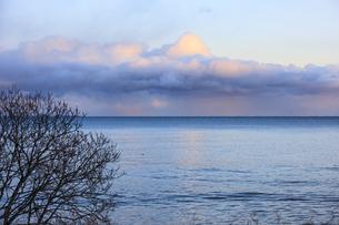 海沿いの国後国道から見る夕暮れ時の冬の太平洋の写真素材 [FYI04314485]