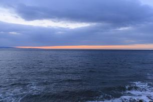 明け方の冬の太平洋と遠くに漁船の明かりの写真素材 [FYI04314506]