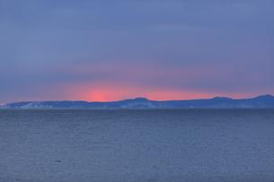 明け方の冬の太平洋と遠くに見える国後島の写真素材 [FYI04314507]