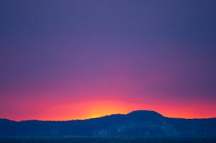 明け方の冬の太平洋と遠くに見える国後島の写真素材 [FYI04314508]