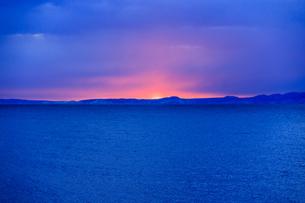 明け方の冬の太平洋と遠くに見える国後島の写真素材 [FYI04314516]