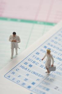 検査報告書と小さい人形の写真素材 [FYI04314757]
