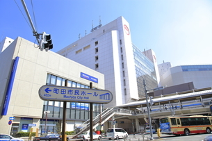 町田駅前 小田急線の写真素材 [FYI04315056]