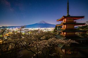 桜と富士山と忠霊塔にかかる天の川の写真素材 [FYI04315182]