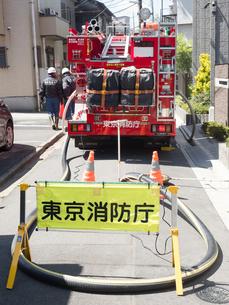 消火作業中のポンプ車の写真素材 [FYI04315208]