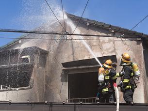 消防隊による消火活動の写真素材 [FYI04315209]