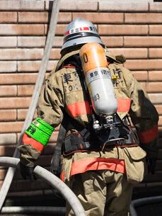 空気呼吸器をつけた消防隊員の写真素材 [FYI04315210]