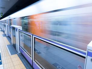 発車する地下鉄の写真素材 [FYI04315232]
