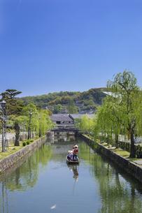 新緑と倉敷美観地区の舟流しの写真素材 [FYI04315262]