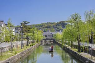 新緑と倉敷美観地区の舟流しの写真素材 [FYI04315263]