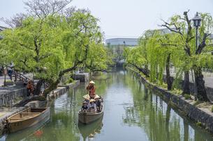 新緑と倉敷美観地区の舟流しの写真素材 [FYI04315267]