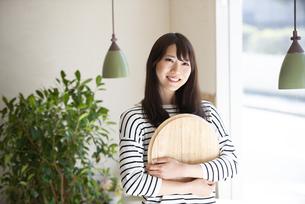 カフェでトレイを持っている女性の写真素材 [FYI04315426]