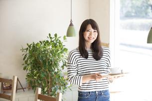 カフェでトレイを持っている女性の写真素材 [FYI04315427]