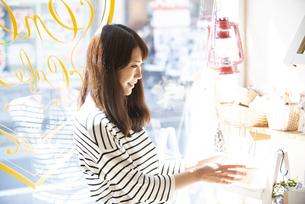 雑貨屋で商品を選んでいる女性の写真素材 [FYI04315428]