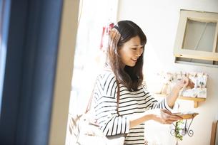 雑貨屋で商品を選んでいる女性の写真素材 [FYI04315433]