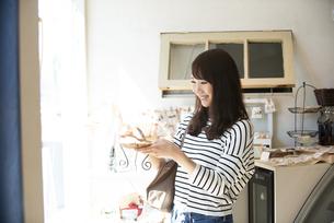 雑貨屋で商品を選んでいる女性の写真素材 [FYI04315434]