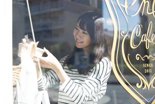 雑貨屋でアクセサリーを選んでいる女性の写真素材 [FYI04315439]